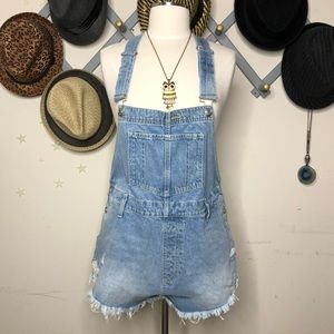 🆕 Free people Distressed overall shorts✨✨